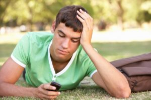 un garçon envoie un message à son ex